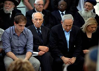 Shimon Peres with Netanyahu family at funeral
