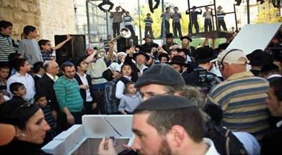 Gathering of the Jews watching Sacrifice