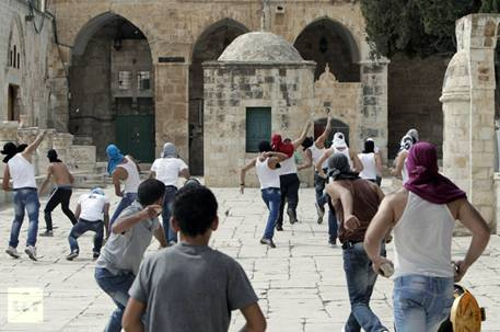 Palestinian youths hurl stones Israeli riot police