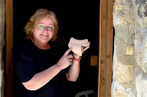 Eilat Mazar hold 3000 year inscription